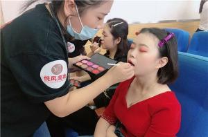 成为专业的化妆师要学多久?